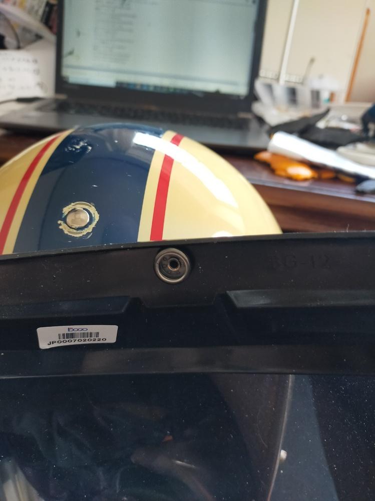 こちらのヘルメットに、 バブルシールドをつけたいのですが、どのように付けるのでしょうか?