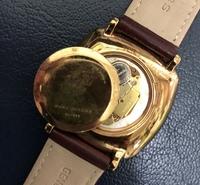 腕時計の電池交換について質問です。  以前、ネットで安く電池交換用工具を 買い、腕時計の裏蓋を外しました。 開けるのは簡単でしたが閉めるのができなく 調べたら専用の閉めるのが欲しいと 書かれてありました。 時計屋(近くのホームセンター)に行けば 早い事なのですが先日2回程 時間を掛けて直してもらった事があったので また行くのもなぁ…と思っています…汗  もし、自宅にある...