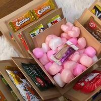 <画像有り>友達の誕生日プレゼントにこのようなお菓子ボックスを作りたかったのですが、この箱(ダイソーに売っているらしいのですが)何件まわってもなくて入荷する見込みは今のところないらしいので、これに似たよう なサプライズの方法あれば教えて欲しいです(;_;)