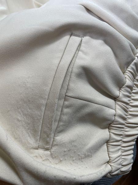 このようなもけもけが服に出来てしまったのですが、どうすればいいのですか? 正直、原因はわかりません。もしかしたら、洗濯してこうなったのかもしれません。