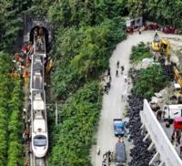 台湾の鉄道事故の原因は、作業車が、道路から線路に滑り落ち、それに特急が衝突した事が原因です。 写真を見ると、この道路にはガードレールが無いようです。もしガードレールが有れば、作業車は道路から線路に転落する事は無く、従って事故も起きませんでしたよね?  危険予知して、せめて、この部分だけでもガードレールを取り付けて置くべきだったと思いませんか?  この事故を日本は「他山の石」として、日本にも同...