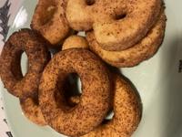 ドーナツを作ったところ、揚げたものの表面がツブツブと暗く焦げ?てしまいました。  薄力粉260 ベーキングパウダー小さじ2 グラニュー糖70 たまご2個 サラダ油大さじ1  揚げ油→キャノーラ油  が材料です  グラニュー糖が溶けてなかったのでしょうか… ?