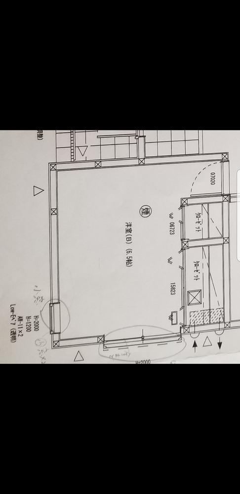 寝室の窓について。 新築二階建て、寝室の窓について ご相談お願いします! 写真を載せます。 南西向きの家、一階角部屋が寝室になります。 南西側(正面)には、スクエアの四角いやや小さめの窓が端より...