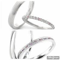 結婚指輪で悩んでいます。 フルオーダー専門店で指輪を作る事になったのですが、私は某ブランドのハーフエタニティが気に入ってます。 このどちらかのデザインを自分好みにアレンジして作ってもらおうと思います。 そのお店は裏側の刻印やイラストを得意としていて、既製品の持ち込みは禁止なので…。  どっちも華奢で、将来物足りなくなりそうなのでもう少し幅を太くしたいです。 2.5ミリくらいが理想です(着画を...
