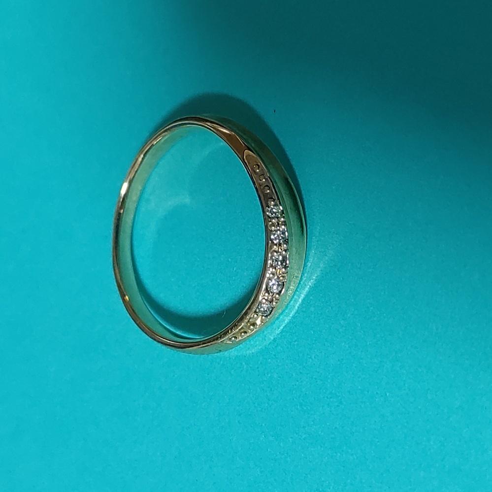 このリングのブランドが知りたいです!おねがいします! 10K 0.03ct 貰い物なので上記のことくらいしか情報がないです。 中古で出品するとどのくらいの値段になるのかも知りたいです!
