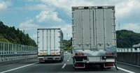 追越車線や右車線をチンタラ走ってる車イラッとしませんか? 一番右の車線をゆっくり走っている車がよくいますけど一番右の車線て流れが早い、または追い越しのための車線ですよね?60キロの道路を60キロで流すなら左車線に行ってもらいたいんですけどどうして物流トラックとか法定速度遵守する車までも右車線走るのですか?左車線を制限速度ぴったりで走る車と並ぶから追い抜けない追い越せないですよね?