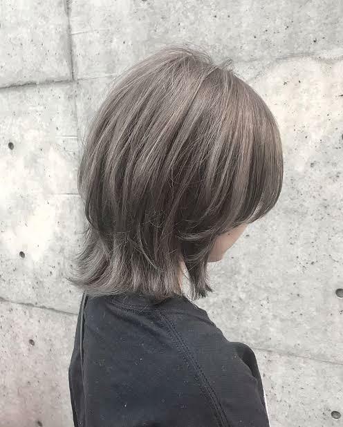 このような髪の毛に似合うファンションのジャンルってなんていうジャンルが似合いますか?