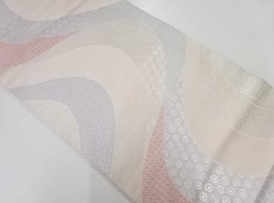 桃色の流水・古典柄名古屋帯に似合う着物を教えてください。 練習用の着物と帯を探していたときに画像の帯を一目惚れで購入したのですが、私の手持ちの着物には合わなくて使えないままでいます… ネットで購入したのですが、手元に届いたら思ったより桃色の発色がよく(白やベージュに近い薄桃色だと思って購入しました)、持っている小紋と合わせると浮いてしまいます。 水色系、茶色系、緑系、ベージュ、グレーなど...