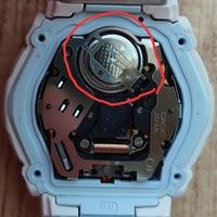 Gショックのbaby-G の電池交換について ここの部分がボタン電池電池なのですが、カバーのようなものがあり取り出せません。 どうやって外すのでしょうか?