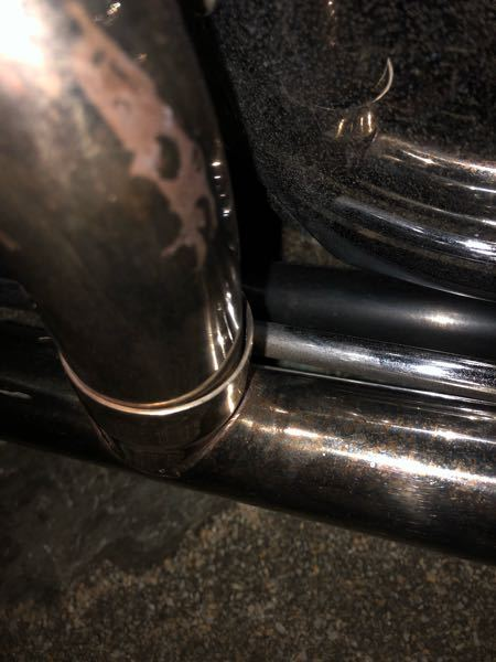 最近バイクの音がおかしい気がして、ネットで色々調べていたら排気漏れの症状に当てはまると思いマフラーを見ていたら、写真のように隙間がありここから空気が出ていました。これが俗に言う排気漏れというもの...
