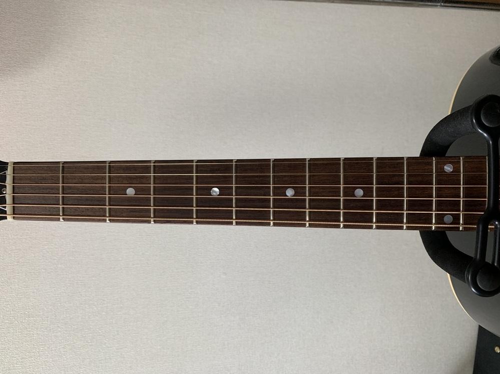 自分が所有しているアコースティックギターがセンターずれ?している可能性があるため質問させて頂きます。 弾き心地は全く問題ないため気にしていなかったのですが、眺めていたらポジションマークとずれていたので色々見ていました。 最近中古で購入したギターで特に不具合については言われませんでした。 ナットは1弦側がかなり低くなっています。 心当たりある方、知識のある方宜しくお願い致します。