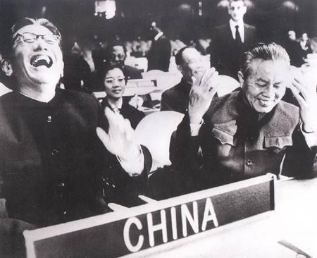 中国のこの写真。なんの会議の場面か、どいう瞬間の写真か、わかる人います?台湾人に聞くと、すぐわかる!っていう人が多いみたいですが。