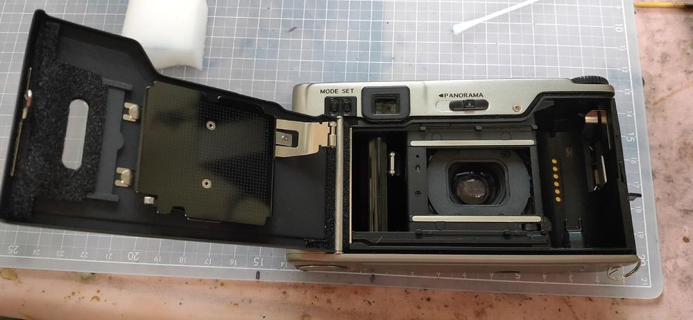 フィルムカメラで日付を入れることができるものについて、 一般的な仕組みとしてはフィルム押さえ版にスリットがあり、ここでLEDを光らせて 感光するということは知っていましたが、NIKON 35TI...