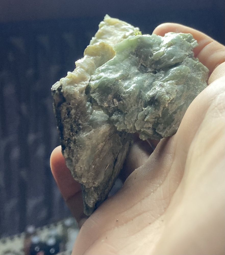 この石は蛇紋岩ですか? 家の裏山に転がってました 蛇紋岩の多い地域なので蛇紋岩の仲間なのかなと思いますが普通のよりかなり白いというか淡い色合いをしています。 なんか、すごい脂塗ったみたいにテカテカです笑