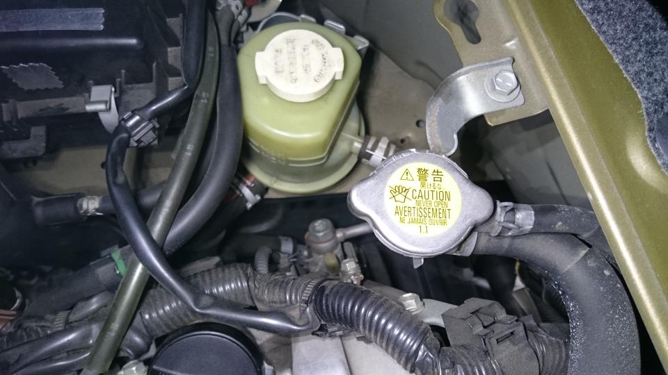 2015年式ハイゼットカーゴクルーズターボリミテッド(S331V、KF-DET) の冷却水を交換しようと思っているのですが、 助手席下のエンジンルームにもラジエーターキャップがあり、2箇所あります。 このエンジン付近のラジエーターキャップも交換した方がいいのでしょうか?