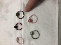 ウチの母親がビーズで指輪を作ってます。 知人のお店に一つ1200円ぐらいでお渡しするけど皆さんならいくらぐらいなら買います? ちょっと写真写り悪いですけどいかがでしょう?