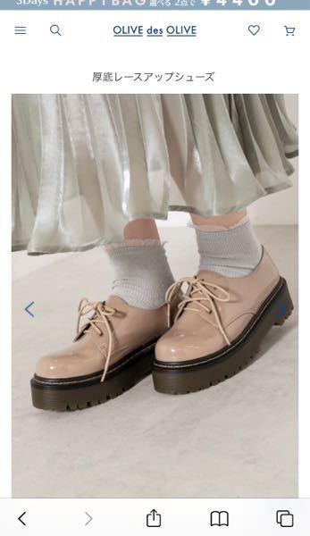 この靴を買って初めて履いたのですが、 歩き方が変なせいでくつのかかとを反対の足の反対に擦って黒くけずってしまいました。 この靴の素材を綺麗にする方法ありますか?