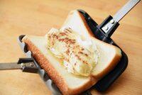 ホットサンドメーカーを探してます。 今、食パン1枚でホットサンドが作れる物(直火)が出ていますが、このような食パン1枚で作れるホットサンドメーカーの電気で出来る物を探しているのですが、知っている方いらっ...