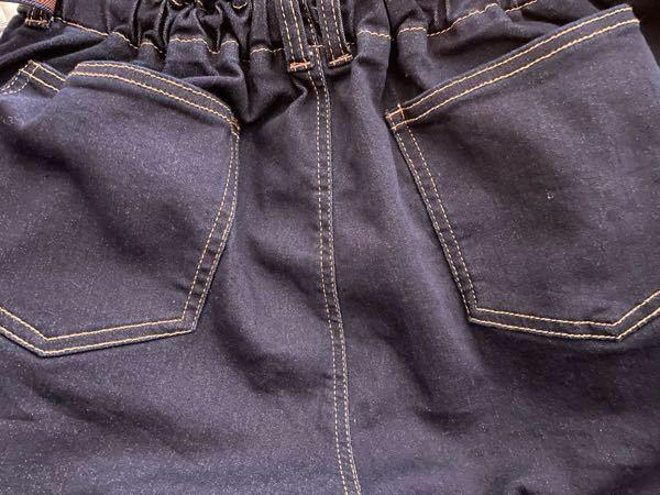 ズボンのポケットについて(カテゴリー違ったらすみません) 下の写真のように、最初から縫い付けられてるポケットを外すことってできますか??ポケットの位置を変えたいのですが… もしやり方があれば教えて頂けるとありがたいです