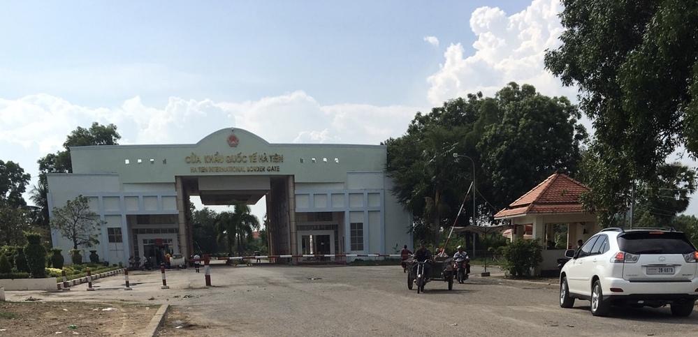 国境を越えたことはありますか。 最も印象的な国境はどこでしたか。 画像は、ベトナムとカンボジアの国境で、ベトナム側のHa Tien から撮ったものです。 言語、民族、文化、宗教などが一変するので、とても面白いです。