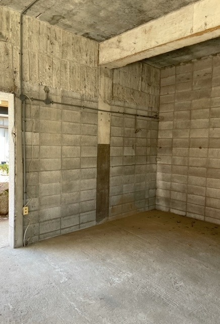 初めて質問します。 詳しい方、ぜひ教えてください。 築50年位の古いRC造でできた倉庫をペンキ(内装)で塗りたいと思っています。 倉庫のサイズは4500×7500、出入り口は2箇所、小窓有り。 倉庫は元々、壁はコンパネが貼られ、2段になっていましたが、自分で解体して何もない倉庫になっています。解体時にやむ得なく照明の一つを取り外しました。その為、配線などが剥き出しになっています。(ブレー...