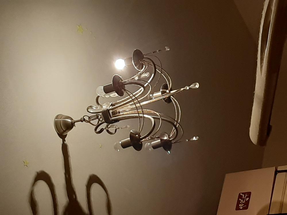 シャンデリアの5個の電気中、1個だけつけるのは危ないでしょうか? 残りの4個は切れた電球をさしています。付いている1個はパナソニックのミニクリプトンです。一瞬で熱くなります。普通でしょうか?あと...