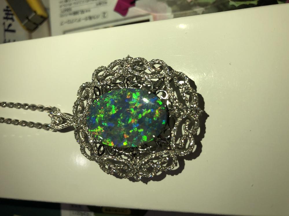 宝石に詳しい方教えてください。 叔母の形見であるネックレスをもらいました。 真ん中の石の種類がわかりません。 どなたかおわかりになる方いらっしゃったら教えて欲しいです。