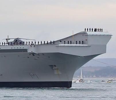 英海軍のクィーンエリザベスですが、こんな高い所から海に落ちれば死にますよね?「手すり」とか無いようなんですが大丈夫なんでしょうか? 万一に備えて、目立たないように、安全ベルトは付けてますよね? 海軍はサーカス団とは違いますからね? 日本の空母でも、同じような事、やらしているのでしょうか? こんな事やらされたら、怖がって、海上自衛隊に入隊する者は居なくなりますよね?