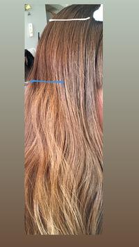 ブリーチ経験無しの髪の毛です。 以前髪の毛を暗くしすぎたときに、青い線から下は一年位前に染めてたのですが、ブリーチなしで1番明るく染めてもらい、色落ちが金よりですが光に当たらなければ茶色ぽいです。それから髪が伸びそれより上の白い線までは市販で上から茶髪に染めた部分です。 全体の色を青色から下の色に統一させたいのですが、ブリーチなしで明るくしてほしいと伝えたらきれいにしてもらえますか?