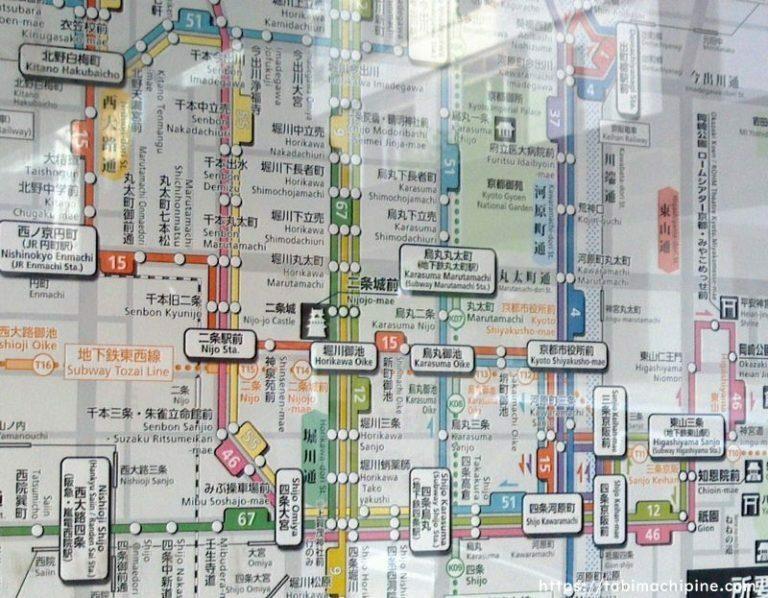 京都市バス 車内掲示 路線図 について。 通勤で毎日京都市バスを利用するのですが、運転手さんの後ろ側に掲示されている路線図がとっても見やすくて好きです。 ただ、ネットで検索してもあれと同じ路線図がなかなか出てきません。 下に貼っているのは、あるブログの方(京都市バスの案内(路線図)がスゴイ! https://tabimachipine.com/2666/)からお借りした、そのわかりやすい路線...