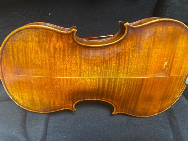 大至急お願いします。 先日ヴァイオリンを落としてしまい、裏板が繋ぎ目のところで割れてしまいました。 落とした瞬間は何も無かったのですが落として数時間後に割れていることに気がつきました。写真を載せ...