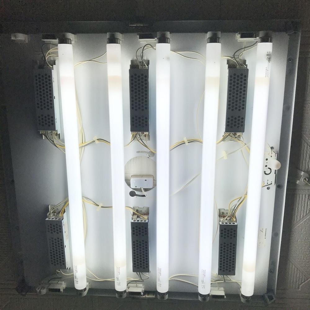 画像の蛍光灯の種類を教えてください。 これはスターター形? ラピッドスタート形? インバーター形? のどれでしょうか? 使用している蛍光灯はFL20SS・EX-D/18-Z 20形です。 グロー式工事不要のLEDに変えたいのですが…。