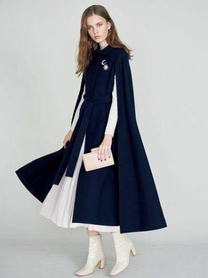 朝夜で寒暖差のある都内の服装について。 ここ最近夕方以降とても寒いので、本日このケープコートを着たいのですがもう4月ですし変ですか? 素材は冬用ですがケープなので腕が出ており真冬感はさほどないかな?と思ったのですが… コート以外のワンピースや鞄や靴は、春らしいコーディネートにする予定です。