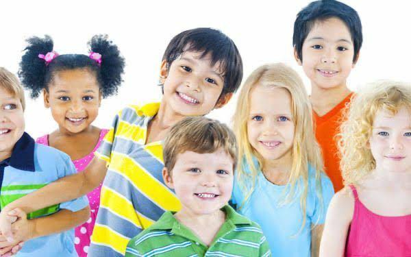 下記の写真の様に小学生の笑顔の写真を探しています。出来たら、タレントで数名の笑顔の写真だと嬉しいです。服の色は淡いくて明るい色がいいです。 こんな写真をお持ちでしたら、貼って下さい。