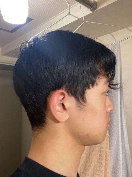 現在新高校三年生の男です。 卒業する頃におでこのラインから下を刈ってツーブロックにして、可能ならばパーマもかけたいと夢見ています。 おでこの生え際に渦があり、そこそこ癖のある髪です。 マッシュく...