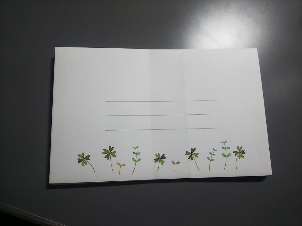 封筒の宛名の書き方がわかりません レターセットを購入したので郵便で送ろうと思うのですが、このような封筒の場合どのように宛先の住所、差出人の住所を書けばよいのでしょうか。 あと切手を貼らなくても郵便局に持っていけば重さを量って切手を貼ってくれるものなのでしょうか。