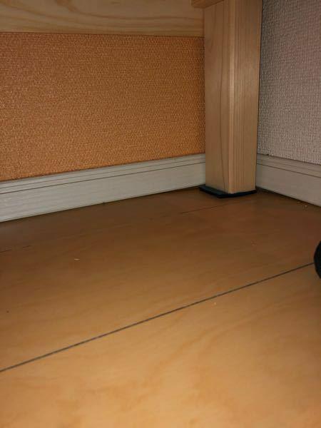 アパートの2階の部屋で、低めの台に60センチ水槽を置き、観賞魚を飼育しているのですが、台を部屋の端に置き、(大きめの台なので)右奥に詰める形で設置した所、その右奥の台の足の部分が壁より若干3ミリほど下がっ ているような印象です。水槽の重量は100キロには満たないと思いますが、引き続き置いていても心配ないでしょうか。万一床が抜けたりするなどのことを考えると不安です。建築に詳しい方々のお話も聞け...
