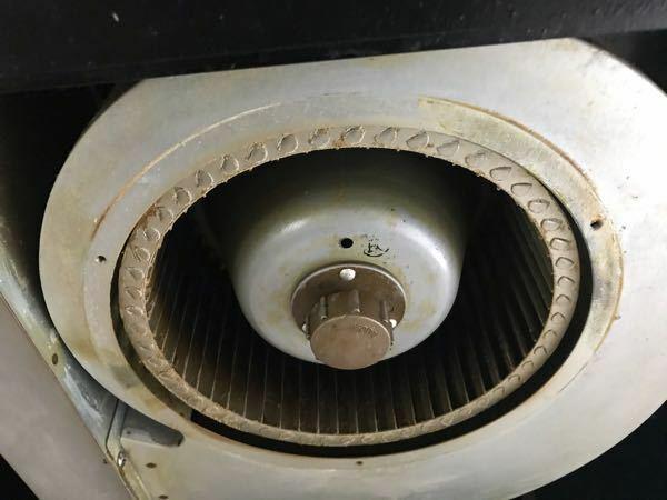換気扇の掃除をしたいのですが、 スピンナーが固まって、緩める事が出来ません。 どうしたら、緩めれるでしょうか? お知恵をお貸し下さい。