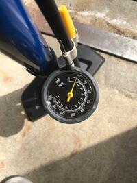 クロスバイクを買い専用の空気入れも買いました。タイヤの数値が空気を入れる限界値と聞いたのですがどこの数値を見ればいいでしょうか… (質問の意図が伝わりにくくてすみません) タイヤには 100 p.s.i.(7.0bar 700 kpa)と書かれてます 空気入れは画像の通りです