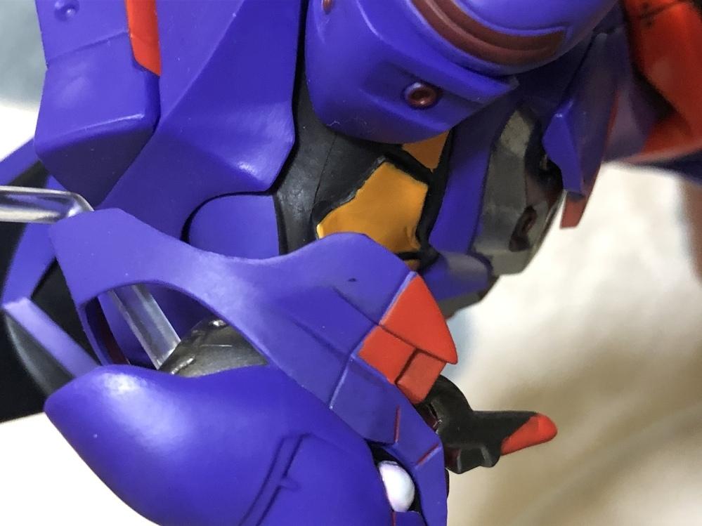 エヴァの1番くじのフィギュアなのですが、顔の横に黒い点みたいなのがあるのですが、この汚れをとる方法はありますでしょうか、?
