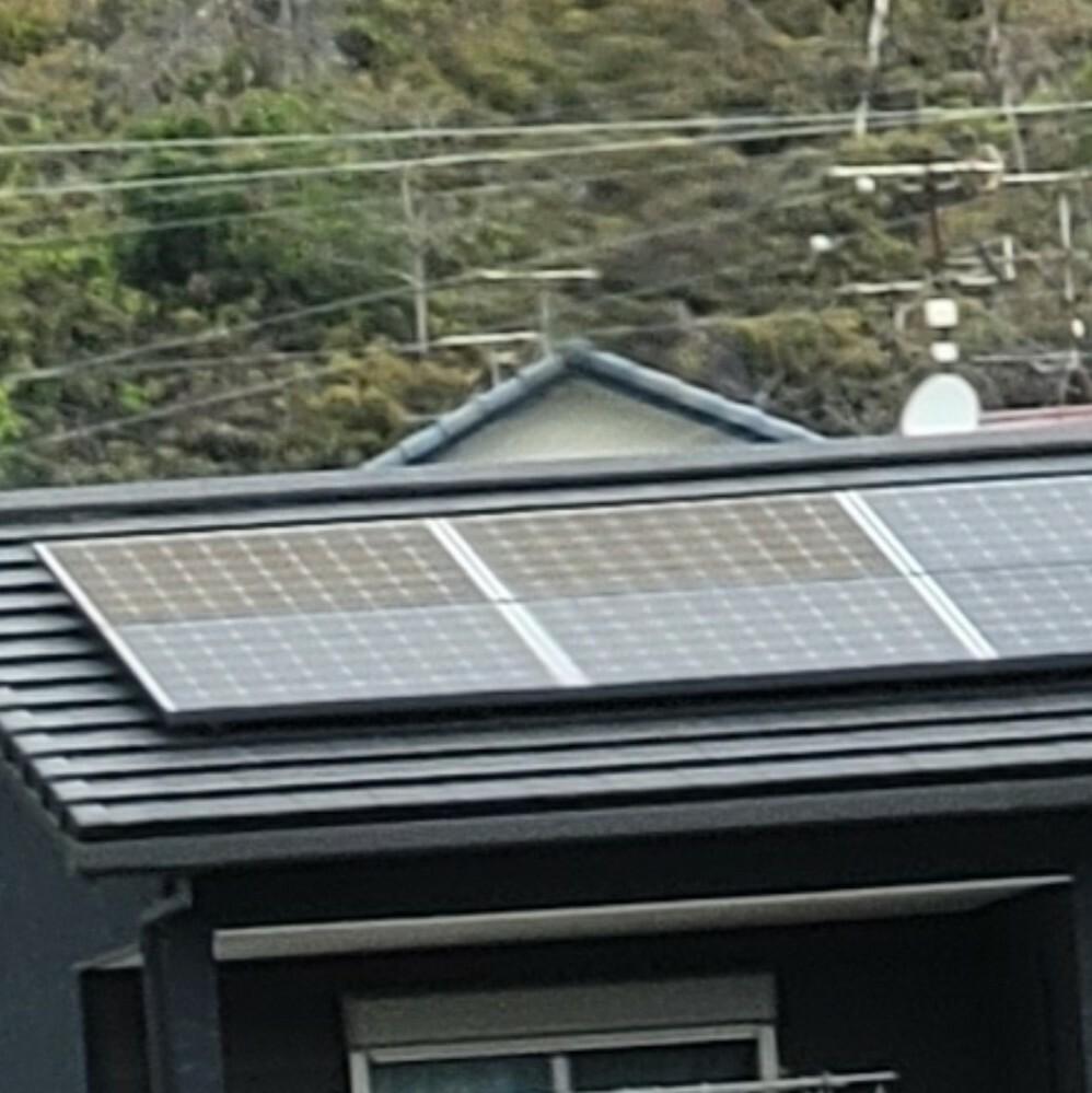 太陽光パネルについてお伺いしたいのですが、築3年ほどになります。 最近天候があまりよくない薄暗い日に確認すると太陽光パネルが2枚変色しているように見えます。施工業者にも相談しましたが売電の価格が極端に少ないなどの変化がなければ確認するのに足場を組んだりで費用の負担もかかるので様子をみるよう指示されました。これは部品不良などではないのでしょうか?