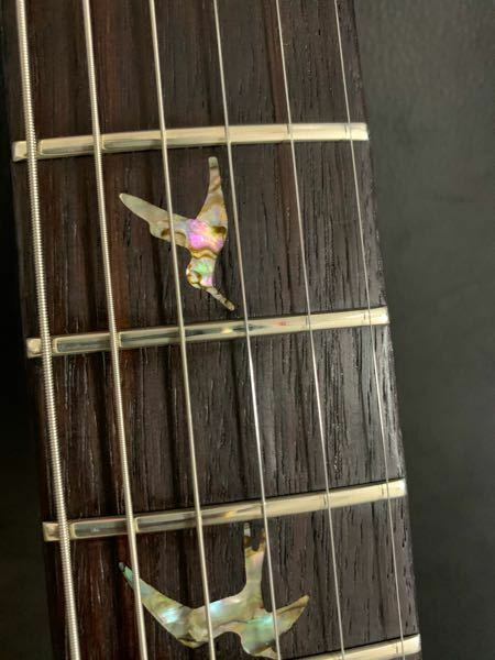 ギターの指板について質問です。 フィンガーイーズをローズウッドの指板に直接吹きかけてしまい、木目の間にフィンガーイーズの成分が入り込み固着してしまいました。 いろいろ試したのですが解決には至りません、アドバイス頂ければ幸いです、よろしくお願いいたします。(画像では分かりにくいですが、木目の間にびっしりと詰まっています)