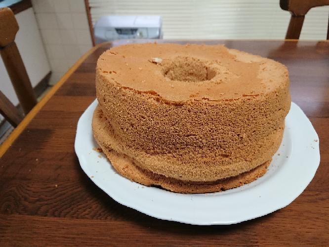 シフォンケーキを焼いたのですが型から出す時に手で外しました。 出来上がりが潰れてしまいました。 何が原因ですか? 材料の分量は 卵黄 ー5個 卵白ー7個 小麦ー150㌘ サラダ油ー80㌘ 水ー100cc 砂糖ー130㌘ バニラエッセンスー少々 この分量で作りました。 画像を撮った時よりも徐々重力に負けて潰れて来てます。