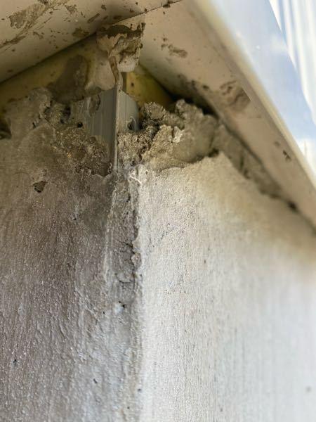 マイホームの基礎。 新築に居住して1年半が経とうとしていますが、家の基礎が写真のような状態になっているのを発見しました。 これは、 仕方ないのか、 工事不良なのか、 どうなんですか?