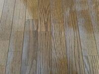 加湿器で床が所々白くなりました。 これは治るのでしょうか?