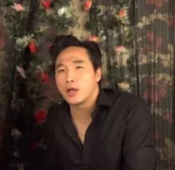 この韓国人YouTuberとされる方のお名前をご存知の方がいらしたら、教えて頂きたいです。 友人から紹介されたのですが、名前がわからず何もできません...(友人もおすすめ欄に突然出てきて見ただけ...