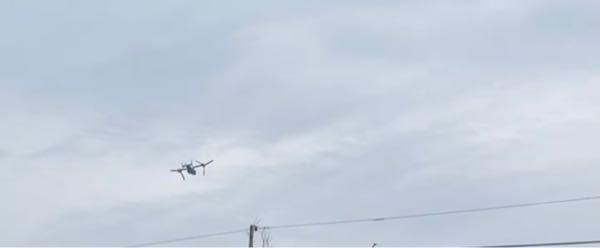 ものすごく低空飛行で飛んでいるこの飛行機(?)はなんでしょうか? 自衛隊ですか? なんでこんなに低く飛んでいるのですか? なんか訓練なのですか? 音もすごくて地響き(?)もすごくてすごく怖いです。