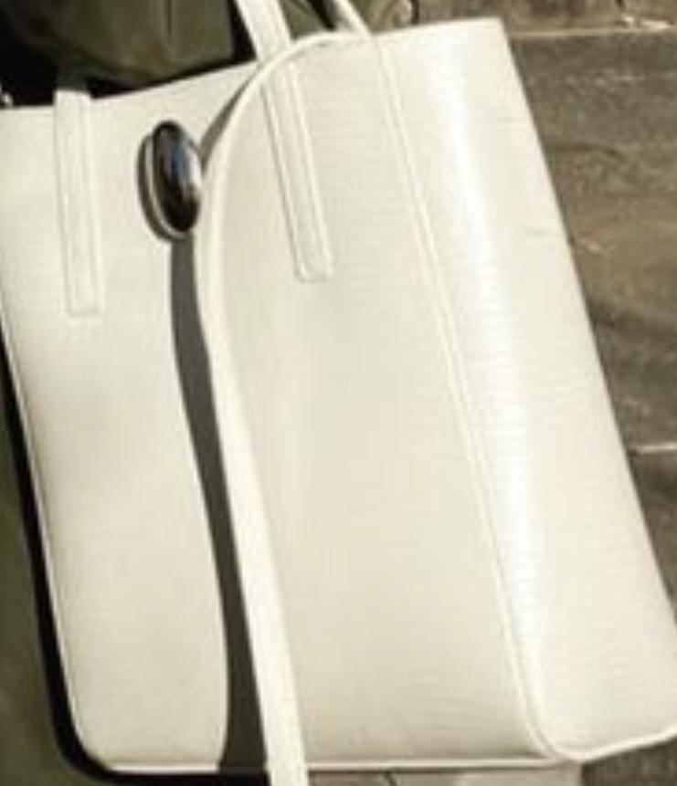 この鞄はどこのものでしょうか? ショルダーバッグになっています。欲しいのですが、分かる方いらっしゃいましたら教えてください レディースのバックです