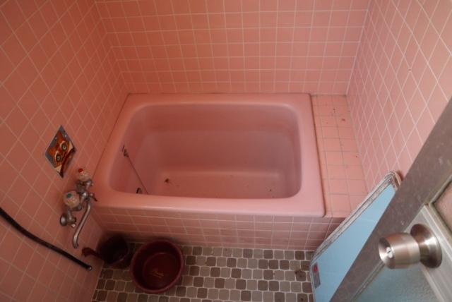 タイル張りの浴室ですが、タイルとバスタブをDIY塗装で白く塗ることは可能でしょうか。 築40年の古い建物です。 リフォームを考えておりますが、ユニットバスにするほど予算もなく、 せめて古めかしいピンクのタイルを真っ白に清潔にしたいと考えております。 足元はすのこを敷く予定です。 もしDIYで塗装が可能でしたら、おすすめの塗料など教えて頂けますと幸いです。 宜しくお願い致します。