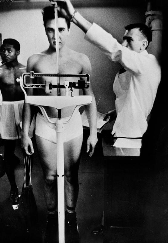 測定器、医療関係に詳しい方に質問します。 この写真は何をしているものですか? 身長を測っているものですか?